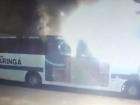 Homem entra dentro de ônibus ateia fogo e depois foge