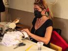 Trabalhadora, em ambiente de corte de tecidos. Foto: Tero Queiroz | MS Notícias