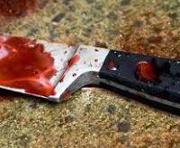 Após discussão, esposa arremessa faca contra homem que tem vísceras expostas