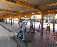 """Terminal de Transbordo Bandeirantes começa a receber """"trilha"""" do piso tátil"""