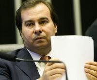 """""""Criar tensão institucional não ajuda o país"""", diz Maia sobre Bolsonaro"""