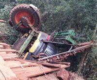 Ponte de madeira que liga municípios de MS cede e maquinário fica danificado