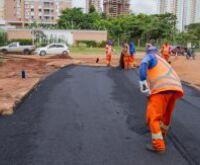 Força-tarefa recupera asfalto em rotatória, desobstrui córregos e controla erosão
