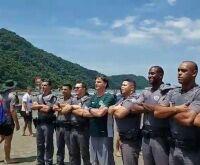 Bolsonaro vai à praia no Guarujá e posa para foto com policiais militares