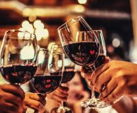O que acontece com o corpo se beber uma taça de vinho todas as noites?