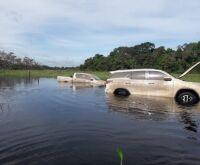 Caminhonetes roubadas em SP e PR são achadas dentro de 'lagoa' em MS