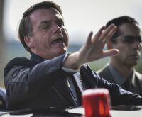 Afastado de Trump, Bolsonaro lidera negacionismo do coronavírus e incentiva 'fake news'