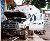 Ambulância da Engelming atropela e mata motoqueiro na Capital