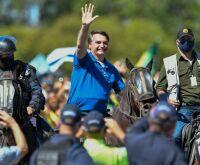 """Bolsonaro anda a cavalo entre apoiadores e viraliza: """"rei do gado"""""""