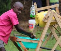 Queniano de 9 anos cria máquina de lavar as mãos pra evitar covid-19