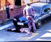 Policial pisa no pescoço de mulher negra e arrasta a vítima