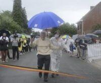 Médico de 103 anos completa 'maratona' para ajudar pesquisas sobre a Covid-19