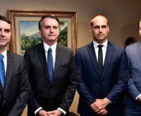 Filhos de Bolsonaro criticam aprovação da PL das fake news no Senado
