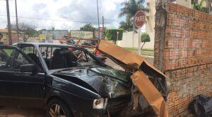 Picape perde freio e colide em muro quase no cruzamento de Avenida na Capital