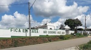 """""""Fique em casa.Não queremos você aqui"""", diz mensagem escrita em muro de cemitério na Bahia"""