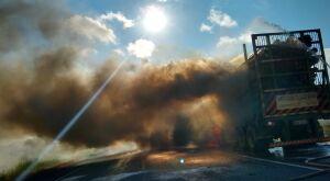 Carreta pega fogo e Bombeiros usam 35 mil litros de água para conter chamas