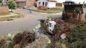 Terreno sujo pode causar doenças e ainda resulta em multas
