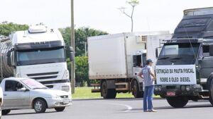 Caminhoneiros liberam rodovias e retomam bloqueio amanhã
