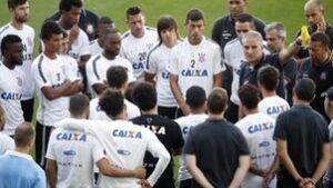 Tite reúne jogadores e funcionários antes de treino