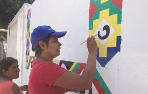 Mulheres artesãs e ceramistas indígenas demonstram talento por meio da arte da pintura