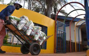 Prefeitura entrega 30 mil kits alimentares à famílias de alunos na Capital