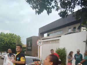 Com microfone e caixa de som sindicalistas fazem protesto em frente à Selco