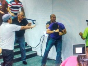 Radialista é agredido na Câmara por 'aliados' de Bernal
