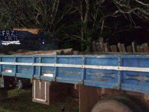 PMA apreende caminhão carregado de aroeira e multa proprietário