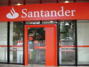 Após manifestações, agências do Santander abrem mais tarde na Capital