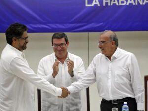 Colômbia e Farcs assinam acordo de paz definitivo