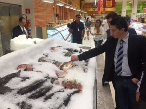 Procon interditam peixaria na Capital e apreendem produtos estragados