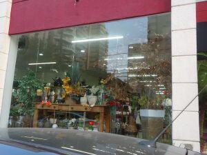 Ladrões quebram vidro de loja e levam mercadorias na 14 de julho