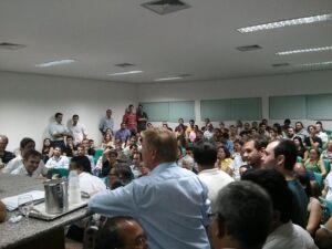 Médicos em greve pedem reajuste de 27,5% e prefeito diz não ter condições