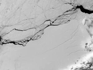 Imagem de divulgação da Nasa mostra uma das rachaduras na barreira de gelo Larsen C, que se desprendeu na Antártida