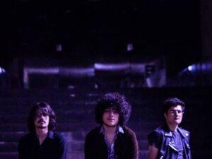 Boloro (meio) do trio de rock Os Alquimistas será um dos músicos a participar do debate