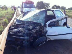 Motorista fica gravemente ferido após colisão frontal com carreta