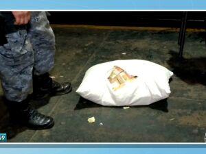 Rapaz é preso com R$ 43 mil em notas falsas no travesseiro