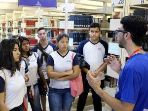 Alunos do ensino médio conheceram a Biblioteca Pe. Félix Zavattaro