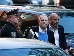 Produtor de cinema Harvey Weinstein se entrega à polícia após ser acusado de agressão sexual