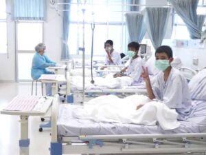 Imagem divulgada pelo Departamento de Relações Públicas do governo tailandês (PRD) e pelo escritório do porta-voz do governo mostra membros do time de futebol Javalis Selvagens' sendo tratados em um hospital em Chiang Rai, norte da Tailândia