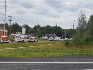 Carros do serviço de emergência vão ao local de tiroteio em Fredericton, no Canadá, nesta sexta-feira (10)