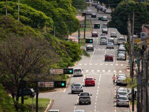Prefeitura começa a implantar onda verde e ativa sincronização em seis vias importantes
