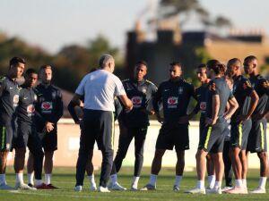 Tite conversa com os jogadores no Centro de Treinamento do Tottenham, em Londre