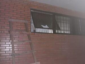 Os bandidos tentaram arrombar a porta da caixa forte que dá acesso aos cofres