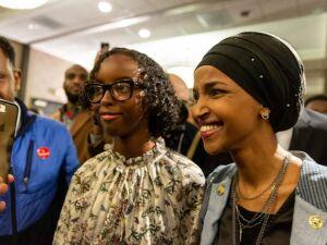 As democratas Ilhan Omar (foto) e Rashida Tlaib se tornaram as duas primeiras muçulmanas eleitas para o Congresso americano