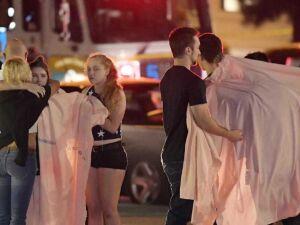Pessoas se confortam em uma rua da cidade de Thousand Oaks, sul da Califórnia, onde um atirador abriu fogo em um bar lotado com centenas de pessoas