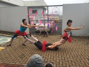 Sarau brisa. Número circense: As bailarinas.