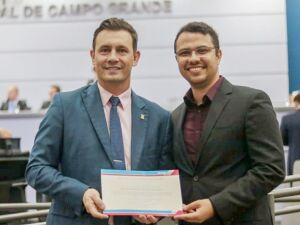 Professor da UCDB recebe moção de congratulação da Câmara Municipal