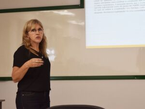Milene Santos Estrella apresentou tese desenvolvida à banca avaliadora na sala de defesa do bloco D