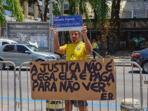 Protesto contra a morte da vereadora Marielle Franco em frente da Assembleia Legislativa no Rio de Janero (RJ), onde ocorre a posse dos novos deputados nesta sexta-feira (01)